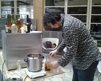 Raúl van de Ciderwinkel maakt wassail