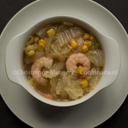Soep met Chinese kool, maïs en garnalen